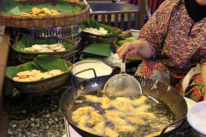 Goreng-Goreng Kak Yah mengimbau kembali makan gaya santai kampung beralaskan daun pisang.