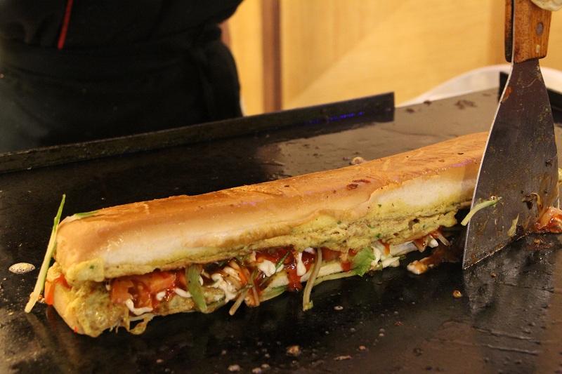 Roti John meleleh turut dijamu untuk kepuasan pengunjung